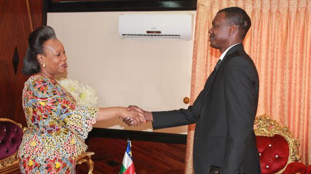 La présidente intérimaire de la République du Centrafrique, Catherine Samba-Panza, serre la main du nouveau Premier ministre Mahamat Kamoun, le 11 août 2014 à Bangui [Pacome Pabandji / AFP/Archives]