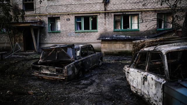 Des voitures carbonisées le 12 août 2014 après le bombardement de la ville de Yassynouvata, près de Donetsk, dans l'est de l'Ukraine [Dimitar Dilkoff / AFP]