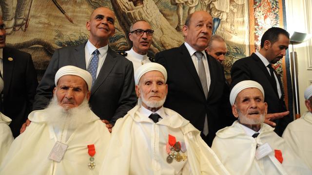 Le ministre de la Défense Jean-Yves Le Drian (2è d) et le secrétaire d'Etat aux Anciens combattants, Kader Arif (g) posent le 14 août 2014 à Paris avec des vétérans de l'armée française venus d'Afrique du nord lors d'une cérémonie de remise de médailles pour célébrer le 70è anniversaire du débarquement de Provence [DOMINIQUE FAGET / AFP]