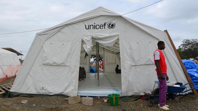 Un homme devant une tente Unicef dédiée aux patients infectés avec le virus Ebola à Monrovia le 12 août 2014 [Zoom Dosso / AFP/Archives]
