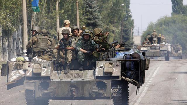 Des soldats ukrainiens sur des chars le 14 août 2014 à Vuglergirsk  [Anatolii Stepanov / AFP]