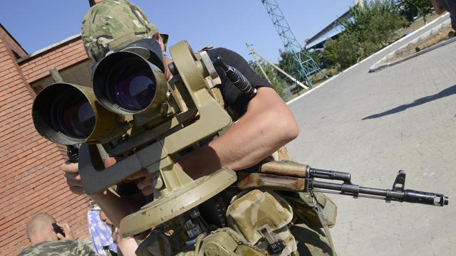 Un garde-frontière ukrainien surveille un point de passage avec la Russie le 15 août à  Novoazovsk (région de Donetsk) [Alexander Khudoteply / AFP/Archives]