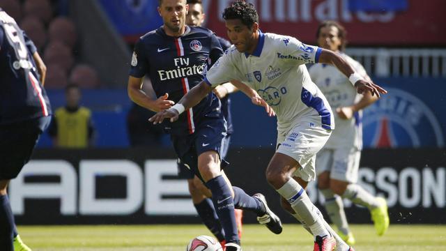 L'attaquant brésilien Brandao (droite)aux prises avec Thiago Motta (gauche) le 16 août 2014 à Paris. [Thomas Samson / AFP]