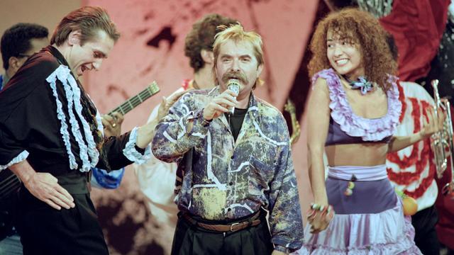 """Le chanteur français Pierre Vassiliu lors de l'émission """"Champs Elysées"""", le 25 novembre 1989  [- / AFP/Archives]"""