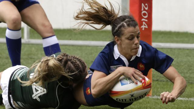 La Française Elodie Guiglion inscrit un essai contre l'Irlande, lors du match pour la 3e place de la Coupe du monde, le 17 août 2014 à Paris [Kenzo Tribouillard / AFP]