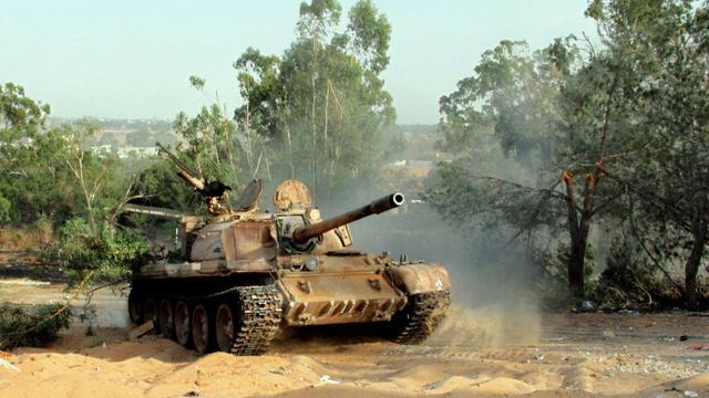 Affrontements armés entre milices rivales le 17 août 2014 autour de l'aéroport international de Tripoli [Mahmud Turkia / AFP]