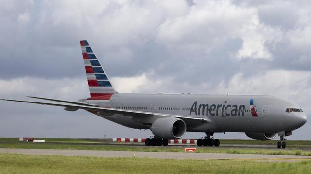 """Un homme de 27 ans, expulsé dimanche à Roissy d'un avion Paris-Dallas au motif qu'il sentait mauvais, a porté plainte pour """"discrimination"""" contre la compagnie American Airlines [Kenzo Tribouillard / AFP/Archives]"""