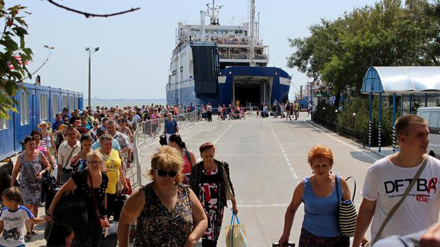 Des touristes russes débarquent d'un ferry dans le port de Kerch en Crimée le 18 août 2014 [YURI LASHOV / AFP]