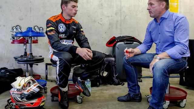 -Max Verstappen (gauche) avec son père Jos Verstappen, ancien pilote de F1 avant une course de F3 au Pays-Bas le 6 juillet 2014 [Sander Koning / ANP/AFP]