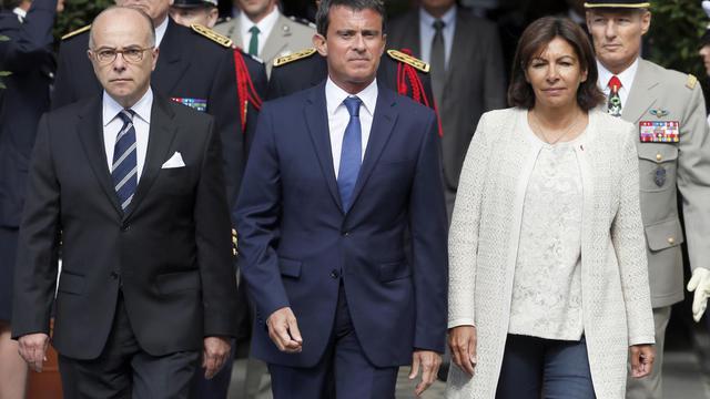 La maire de Paris Anne Hidalgo avec le Premier ministre Manuel Valls et le ministre de l'Intérieur Bernard Cazeneuve, le 19 août 2014 à Paris [Patrick Kovarik / AFP/Archives]