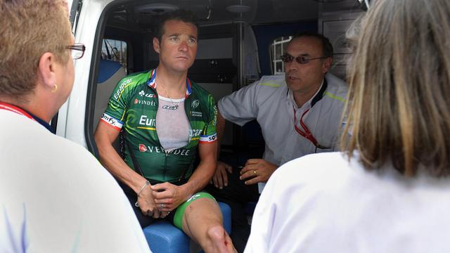 Thomas Voeckler dans une ambulance après avoir été percuté par une voiture à Limoges lors d'un entraînement, le 19 août 2014. [Eric Roger / AFP/Archives]