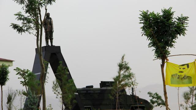 Une statue de Mahsum Korkmaz à Diyarbakir, le 19 août 2014 [Ilyas Akengin / AFP]