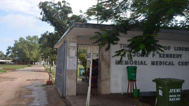 L'entrée de l'hôpital JFK à Monrovia (Liberia) où 17 malades d'Ebola ont été accueillis, le 19 août 2014, après l'attaque de leur centre d'isolement pendant le week-end [Zoom Dosso / AFP]