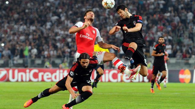 L'attaquant d'Arsenal Olivier Giroud tente de reprendre un ballon de la tête face à Besiktas, en barrage aller de la Ligue des champions, le 19 août 2014 à Istanbul [Ozan Lose / AFP]