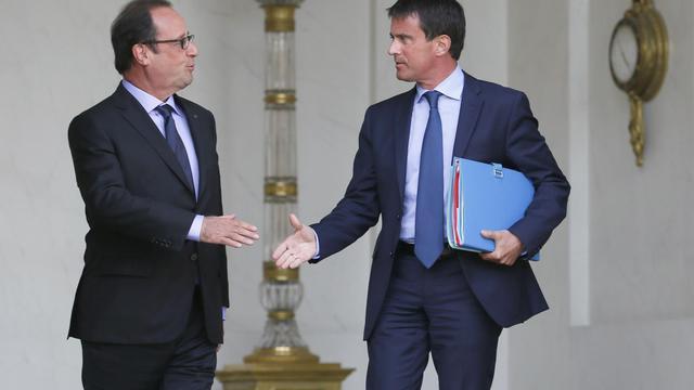 François Hollande et Manuel Valls se serrent la main à la sortie du conseil des ministres le 20 août 2014 sur le perron de l'Elysée à Paris [Patrick Kovarik / AFP]