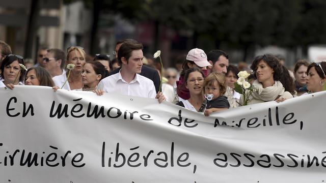 Des collègues, des proches et des amis d'une infirmière tuée par un patient, participent à une marche blanche à Strasbourg le 20 août 2014, un mois après le drame [Patrick Hertzog / AFP]