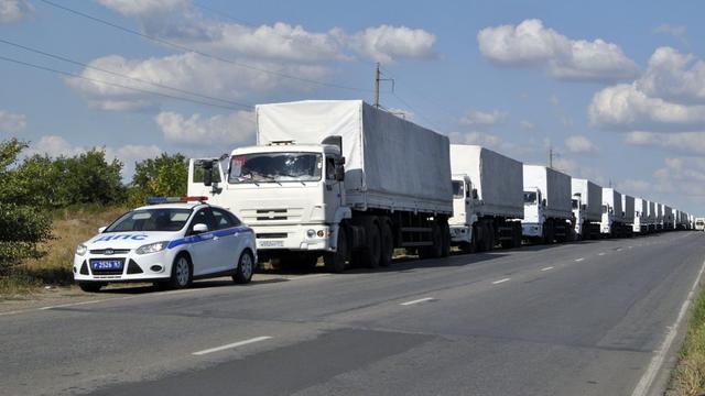 Des camions du convoi humanitaire russe à leur approche de la frontière russo-ukrainienne, dans la région de Rostov, le 21 aout 2014 [Sergey Veniavsky / AFP]