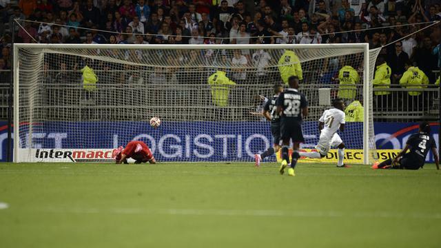 L'attaquant nigerian du FC Astra Kehinde Abdul Feyi Fatai (blanc) inscrit le but de l'égalisation contre Lyon, en barrage aller de la Ligue des champions, le 21 août 2014 [Romain Lafabrègue / AFP]