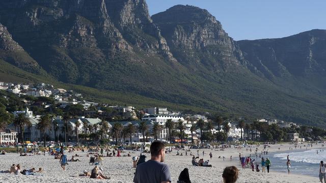 Photo d'archives du 11 janvier 2014 montrant la plage de Camps bay, l'un des quartiers touristiques près de Cape Town [Rodger Bosch / AFP/Archives]