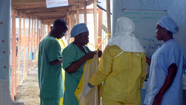 """Des membres de """"Médecins sans frontières"""" le 21 août 2014 à l'hôpital de Monrovia au Liberia [Zoom Dosso / AFP/Archives]"""