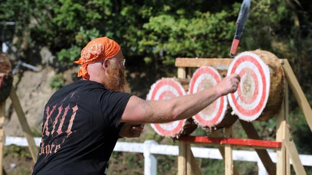 Un lanceur de couteaux et de haches dispute en Bretagne les championnats du monde de la discipline le 23 août 2014 à Callac [Fred Tanneau / AFP]