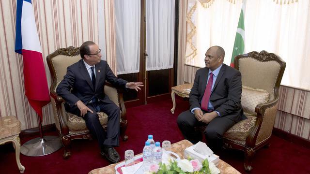 Le président comorien Ikililou Dhoinine et son homologue français François Hollande se rencontrent à Moroni, aux Comores, lors du 4e sommet de la Commission de l'océan Indien, le 23 août 2014 [Alain Jocard / AFP]