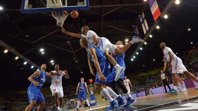 Le Français Nicolas Batum défie la défense de la Finlande, lors du match de préparation au Mondial de basket, à Strasbourg, le 23 août 2014 [Patrick Hertzog / AFP]