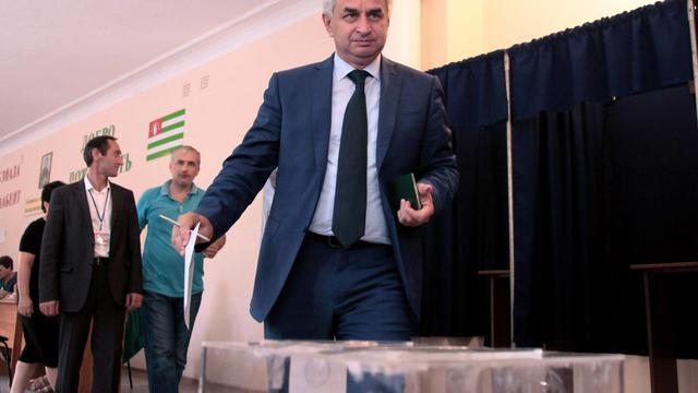 Raoul Khadjimba vote le 24 août 2014 à Soukhoumi en Géorgie, député et dirigeant du Forum de l'unité du peuple abkhaz, considéré comme le grand favori de l'élection présidentielle en Abkhazie  [Ibragim Chkadua / AFP]