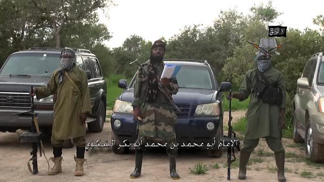 Capture d'écran du 24 août 2014, prise à partir d'une vidéo fournie par Boko Haram à l'AFP et qui montre le responsable du mouvement extrémiste Abubakar Shekau (c) [ / Boko Haram/AFP]