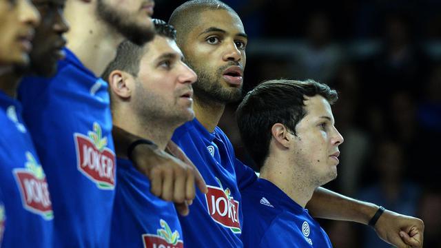 Les joueurs de l'équipe de France de basket entonnent l'hymne national avant le match amical contre l'Australie, le 24 août 2014 à strasbourg [ / AFP/Archives]