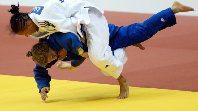 Amandine Buchard (blanc) contre l'Argentine Paula Pareto lors de la demi-finale des -48 kg des Mondiaux de judo le 25 août à Tcheliabinsk  [Vasily Maximov / AFP]