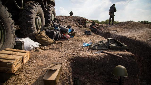 Un militaire ukrainien attend dans une tranchée sur la ligne à Debaltseve dans la région de Donetsk le 25 août 2014 [Oleksandr Ratushniak / AFP]