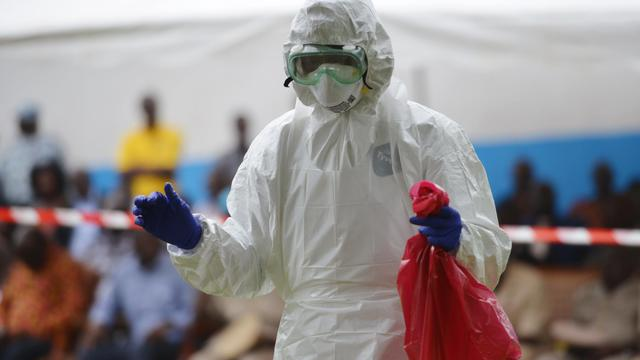 Un homme vêtu d'une combinaison de protection, le 14 août 2014 à l'hôpital de Biankouma (Côte d'Ivoire) [Issouf Sanogo / AFP/Archives]