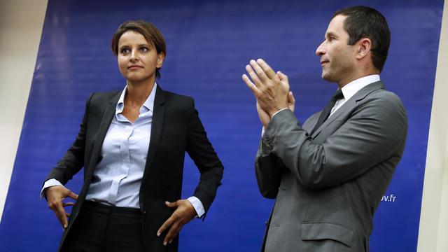 La nouvelle ministre de l'Education Najat Vallaud Belkacem lors de la passation de pouvoir avec son prédécesseur Benoit Hamon, le 17 aout 2014 à Paris [Thomas Samson / AFP]