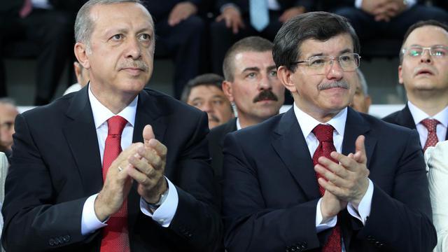 Le futur Premier ministre turc Ahmet Davutoglu et son prédecesseur, le président récemment élu Recep Tayyip Erdogan, côte à côte, lors d'un congrès extraordinaire de l'AKP, le parti au pouvoir, le 27 août 2014 [Rasit Aydogan / Pool/AFP]