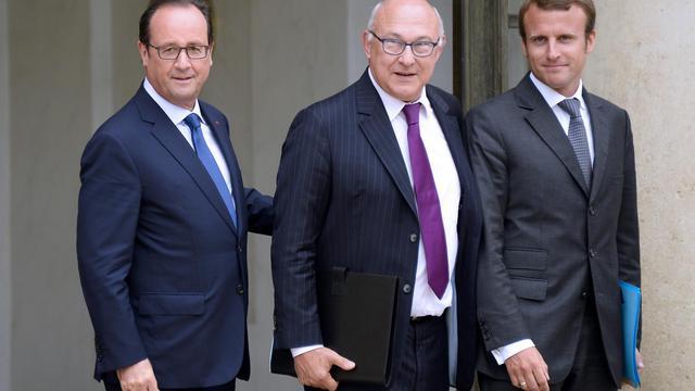 François Hollande avec son ministre des Finances Michel Sapin (c) et le nouveau ministre de l'Economie Emmanuel Macron (d), à la sortie du Conseil des ministres, le 27 août 2014 [Bertrand Guay / AFP]