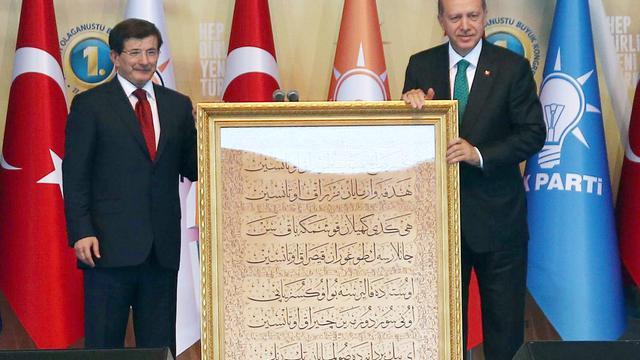 A gauche, le nouveau Premier ministre turc et chef du parti AKP Ahmet Davutoglu et, à droite, le nouveau président Recep Tayyip Erdogan durant un congrés extraordinaire de l'AKP le 27 aout 2014 [Adem Altan / AFP]