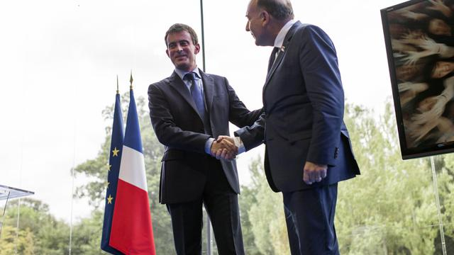 Pierre Gattaz patron du Medef salue le Premier ministre Manuel Valls à l'université du Medef à Jouyt-en-Josas, le 27 août 2014 [Fred Dufour / POOL/AFP]