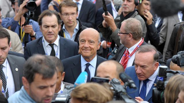 Alain Juppé (c), candidat à la primaire UMP 2017 avec le président du Medef Pierre Gattaz, à l'université du Medef à Jouy en Josas, le 27 août 2014 [Eric Piermont / AFP]