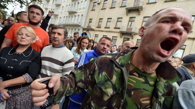 Des manifestants devant le bureau du président ukrainien Petro Poroshenko à Kiev le 27 aout 2014, réclament des volontaires afin de combattre les rebelles prorusses  [Sergei Supinsky / AFP]
