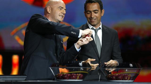 Le Français Youri Djorkaeff (à droite) avec le secrétaire général de l'UEFA Gianni Infantino lors du tirage au sort de l'Europa League le 29 août 2014 à Monaco [Valery Hache / AFP]