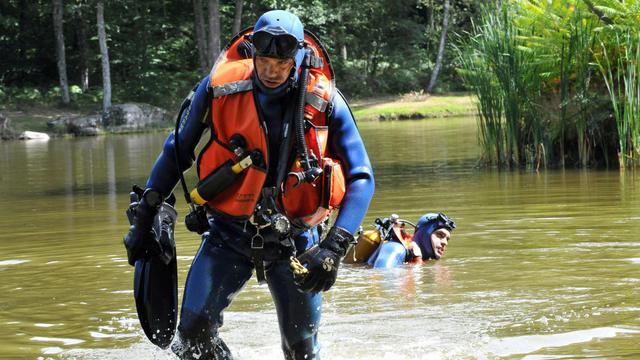Des plongeurs de la gendarmerie cherchant le petit Loan, le 29 août 2014 à Chenerailles  [Thierry Zoccolan / AFP]