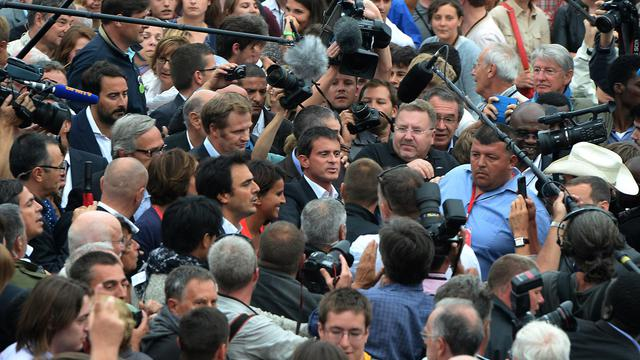 Bain de foule pour le Premier ministre français Manuel Valls (c) lors de l'université d'été du Parti socialiste à La Rochelle, le 30 août 2014 [Jean-Pierre Muller / AFP]
