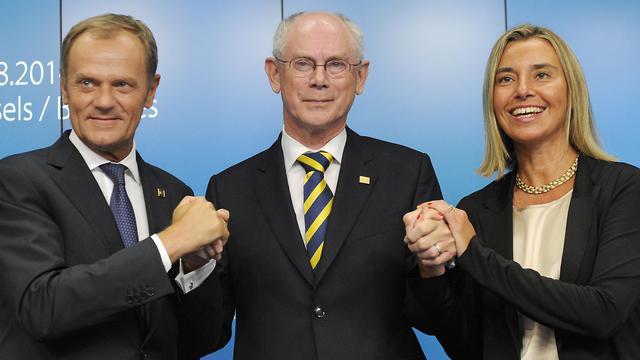 L'actuel président du Conseil européen Herman Van Rompuy entouré de son successeur Donald Tusk et de la nouvelle chef de diplomatie européenne Federica Mogherini, lors du sommet européen à Bruxelles le 30 août 2014 [John Thys / AFP]