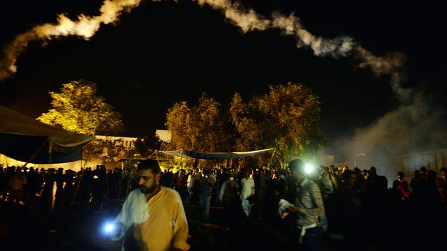 Des manifestants de l'opposition pakistanaise dispersés par les forces de l'ordre disperse après de violents heurs près de la résidence du Premier ministre à Islamabad le 30 août 2014 [Aamir Qureshi / AFP]