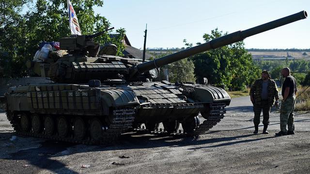 Des combattants pro-Russes près d'un char, au sud de Donetsk, le 31 août 2014 [Francisco Leong / AFP]