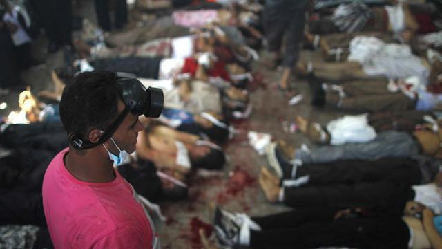 Le 14 août 2013, un homme regarde les corps alignés à la morgue après la répression sanglante des rassemblements de partisans de Mohamed Morsi, qui ont fait officiellement quelque 700 morts en une journée au Caire [Mosaab El-Shamy / Mosaab El-Shamy/AFP/Archives]