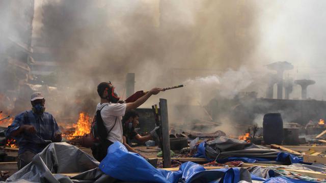 Le 14 août 2013, des militants des Frères musulmans dans une rue du Caire lors de la violente répression policière  [Mosaab El-Shamy / MOSAAB EL-SHAMY/AFP/Archives]