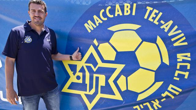 Oscar Garcia l'entraîneur du Maccabi Tel Aviv FC devant le logo de son club le 31 mai 2012 à Tel-Aviv [Jack Guez / AFP/Archives]