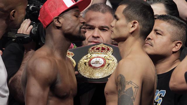 Les boxeurs Floyd Mayweather Jr. (g) et Marcos Maidana se toisent du regard lors de la pesée, précédant leur premier combat au MGM Grand, le 2 mai 2014 à Las Vegas [ / AFP/Archives]